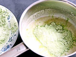 抹茶戚风蛋糕,打匀后加入一半的低筋粉,用打蛋器搅拌一下再搅打均匀,看不见粉就可以。