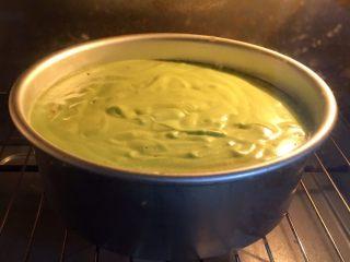 抹茶戚风蛋糕,做蛋糕糊时就去预热烤箱150度,模具送入烤箱烤制40分钟。