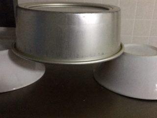 抹茶戚风蛋糕,烤完拿出震几下消泡,倒扣在碗上,3小时后脱模。