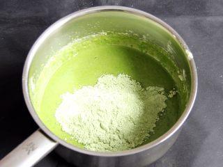 抹茶戚风蛋糕,再次加入低筋粉,同样打匀。