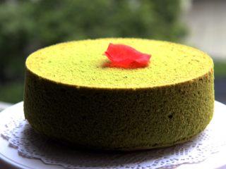 抹茶戚风蛋糕,下雨天拍的照片质量受影响,抹茶的颜色最漂亮,有食欲。
