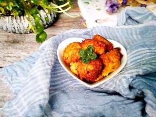 家常菜~胡萝卜丸子,装盘,营养美味的补充维生素a的胡萝卜丸子做好了。