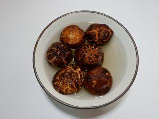 花菇虫草花猪骨汤,将花菇放温水中泡发。