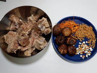 花菇虫草花猪骨汤,所有食材准备好。