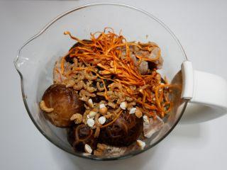 花菇虫草花猪骨汤,依次加入其他食材。