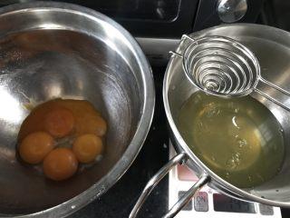 古早味肉松蛋糕卷,蛋白蛋黄分别打在两个不同打蛋盆里。