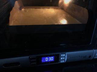 古早味肉松蛋糕卷,烤箱预热170度,烤制14分钟之后,调到150度烤完全程。(也可160度30分钟,根据洗净烤箱脾气适当调整)