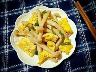 海鲜菇炒蛋,出锅装盘。