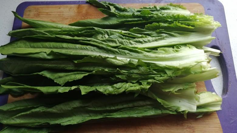 家常白灼油麦菜,把油麦菜一片一片掰开