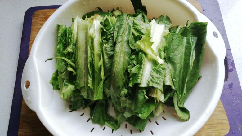 家常白灼油麦菜,过清水洗净沥干备用