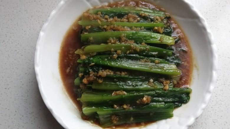 家常白灼油麦菜,然后把蒜蓉汁淋在油麦菜上面即可