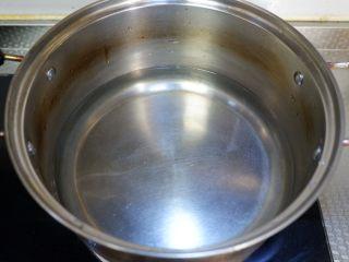 枸杞萝卜羊肉汤,锅内烧开水。