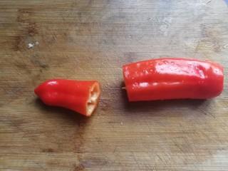 蒜蓉粉丝娃娃菜,红椒一个,切开取一小段