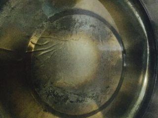 蔓越梅芝麻沙琪玛,锅中倒入玉米讲烧热,开中火加热,检测油温,放一根面条,能迅速浮起来即可