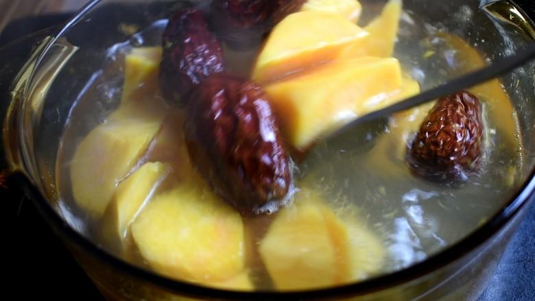 红薯甜汤,用勺子搅一搅,避免粘锅