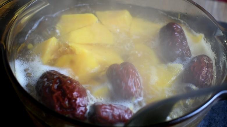 红薯甜汤,用勺子搅一搅,再熬煮5分钟即可出锅