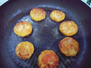 芋泥柿饼,平底锅热油,将柿子饼收口向下放入锅中,用铲子压平,煎30s翻面,直至两面金黄