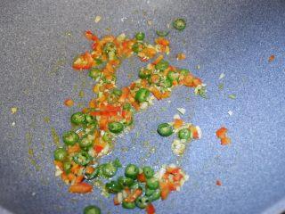 爽脆木耳,大鱼大肉之后你需要这样一道菜,在加入绿红椒炒匀。