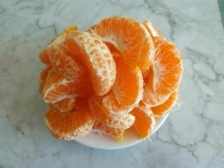 糖水桔子,把桔子去皮。桔子去皮前400克,去皮后大概300克左右。