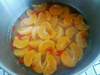 糖水桔子,冷却后可以实用。可以放到冰箱里面冷餐3个小时以上。冷藏后吃起来口感更好哟😄