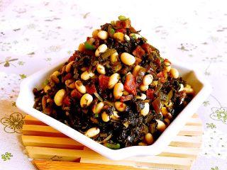金豆腊肠雪里蕻,黄豆裹着雪里蕻和腊肠的鲜香,越嚼越香~