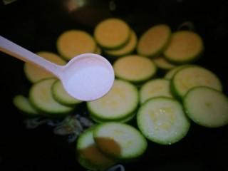 清淡素菜~西葫芦炒鸡蛋,加入适量盐 翻炒