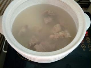 海带排骨汤,水开后转中火炖半个小时