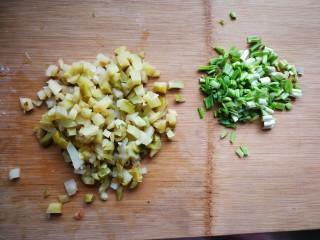 自制美味豆腐脑,榨菜切小丁,香菜切碎,家里没香菜了放的青蒜。