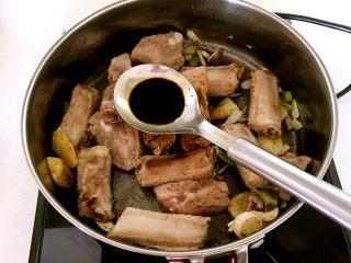豆扣烧排骨,加入半勺老抽,翻炒均匀
