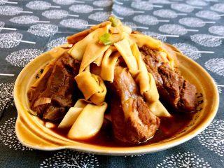 豆扣烧排骨,豆扣吸足了排骨的味道,软糯鲜香,排骨酥烂,非常完美的下饭菜~