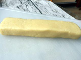 炼乳小饼干(适合新手),将面团整理成断面为长方形的长条状