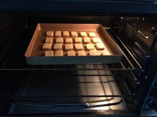 炼乳小饼干(适合新手),烤箱上下火175度预热至烤管由红转黑后放入烤盘(放中层)进行烘烤