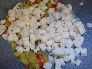 酸辣藕丁,下入藕丁,炒至断生即可,不要炒火大了。软了就不好吃了。脆脆的才好吃。