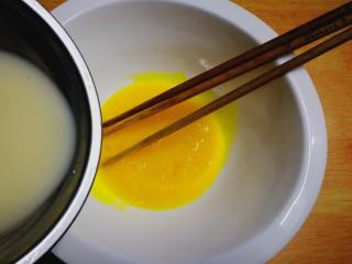健康电饭锅蛋糕,倒入乳酸菌饮品拌匀