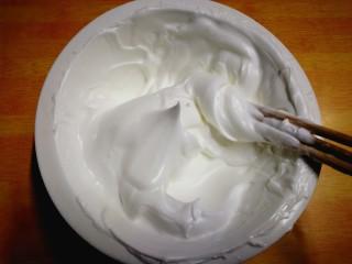 健康电饭锅蛋糕,再使劲搅拌至蛋清用筷子往上挑成尖尖不弯曲的角,就行了