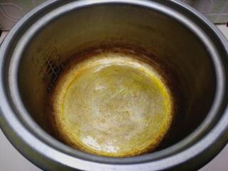 健康电饭锅蛋糕,电饭锅加热,锅底和锅壁涂抹少许植物油