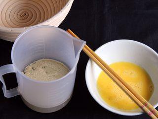 粗粮健康面包,鸡蛋打散,温水要37度左右,加入发酵粉孵化,再加入鸡蛋液。这步很重要!