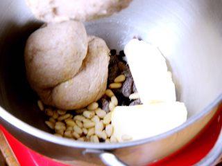 粗粮健康面包,加入坚果和黄油。