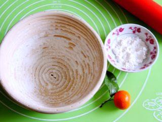 粗粮健康面包,发酵藤篮过筛高筋粉,以免发酵时黏住。