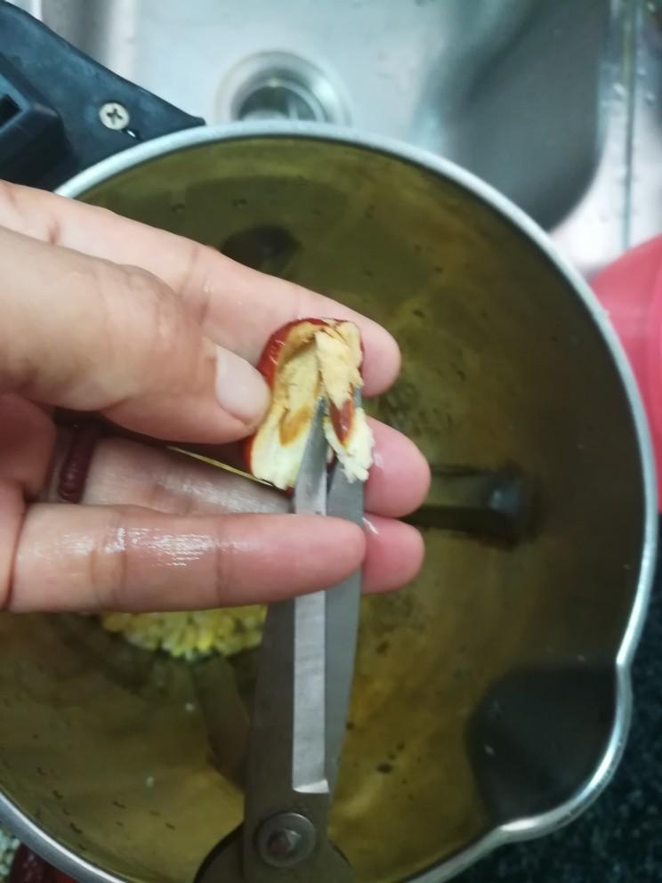 香喷喷的玉米浓浆,如图所示,很简单,两下就搞定一个红枣