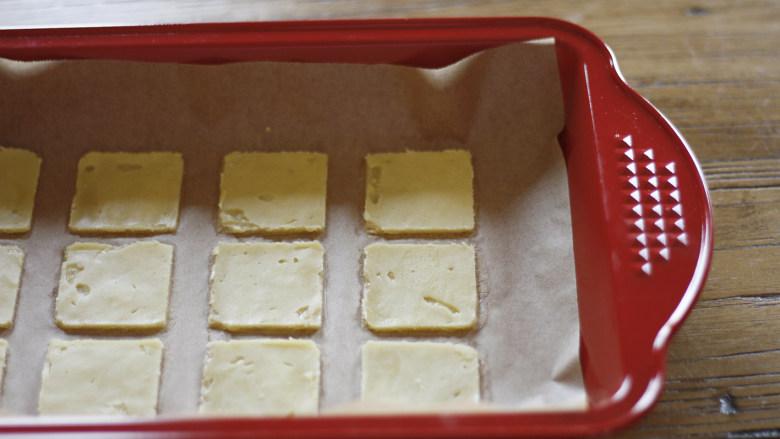 这是给你的,白色恋人,烤箱预热155度15分钟,因为烤箱品牌与型号不同,会导致温度差异,所以这一步要结合自己烤箱的脾气进行必要的温度调整。  准备烤盘,将脱模后的薄饼随着吸油纸平移到烤盘里。  待烤箱预热结束后,将烤盘放入。  因为黄油的关系,在烤制过程中,会发现薄饼出油的情况,所以薄饼脱模后如果有表面不平整的状况,在烤制中也是可以自动修复的哦。