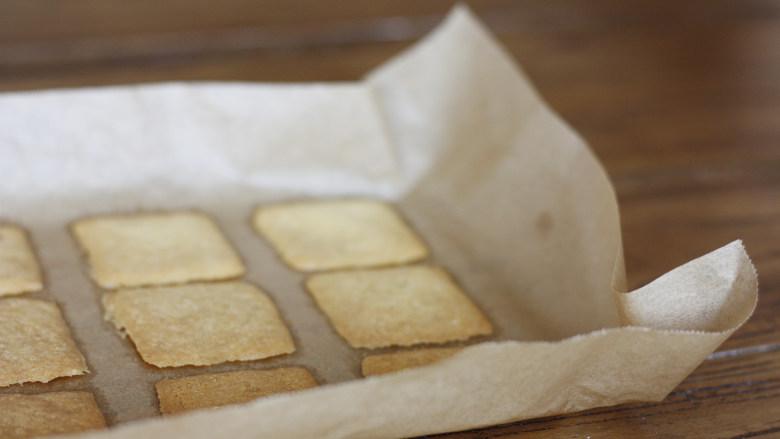 这是给你的,白色恋人,烤好的薄饼取出完全放凉,因为是初春的关系可以直接室温降温,同时也等待巧克力夹心馅的冷却~