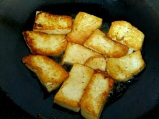 蒜苗烧豆腐,煎至金黄翻面