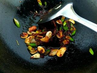 蒜苗烧豆腐,放入一勺郫县豆瓣酱翻炒出红油