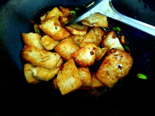 蒜苗烧豆腐,放入豆腐