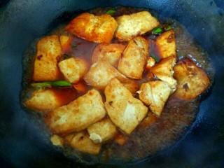 蒜苗烧豆腐,加入半小碗清水,大火烧开