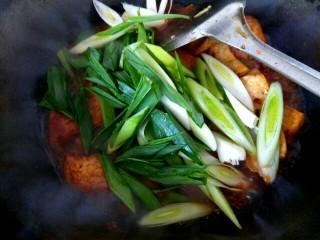 蒜苗烧豆腐,汤汁变少,放入蒜苗