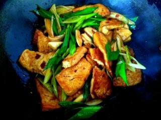 蒜苗烧豆腐,放入淀粉汁,大火翻炒均匀关火