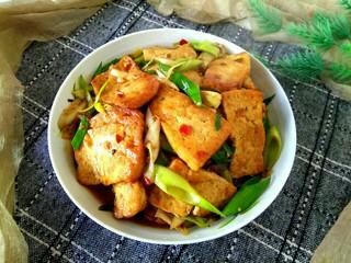 蒜苗烧豆腐,盛盘