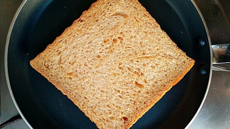 沼三明治,将全麦吐司切片放在平底锅中小火烘脆。(根据个人喜好,这步可以省略)